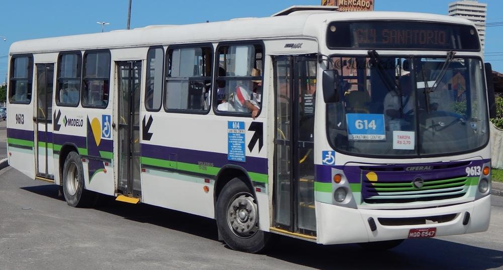 Com facas, bandidos assaltam passageiros em ônibus do transporte coletivo