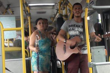 Estudante de medicina faz shows em ônibus para sustentar estudos